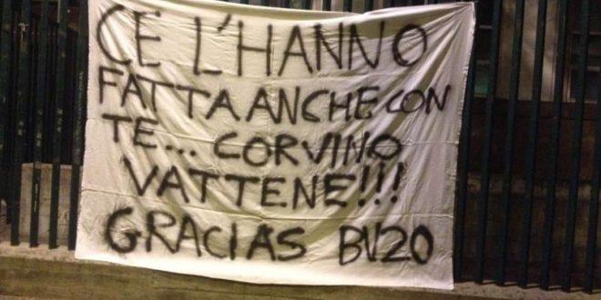 I tifosi della Fiorentina iniziano la protesta. Striscione: Via Corvino, non Borja Valero